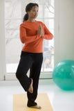 Yoga de pratique de jolie femme de couleur Images stock