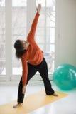 Yoga de pratique de jolie femme de couleur Images libres de droits