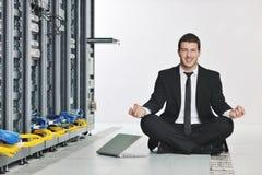 Yoga de pratique en matière d'homme d'affaires à la pièce de serveur de réseau Photo libre de droits