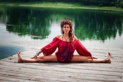 Yoga de pratique en matière de jeune femme d'ici le jour d'été de lac Photo stock
