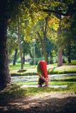 Yoga de pratique en matière de jeune femme extérieur Photo stock