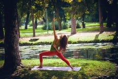 Yoga de pratique en matière de jeune femme extérieur Photos stock