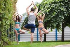 yoga de pratique en parc photographie stock libre de droits