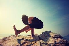 Yoga de pratique de femelle Image stock