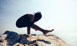 Yoga de pratique femelle sur le bord de la mer Photo stock