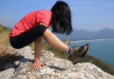 Yoga de pratique femelle sur le bord de la mer Photo libre de droits