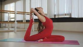 Yoga de pratique de femme dans un studio ? l'int?rieur Yoga faisant femelle dans un studio avec la lumi?re naturelle clips vidéos