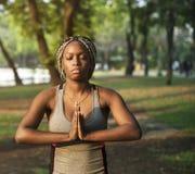 Yoga de pratique de femme en parc photo libre de droits