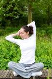 Yoga de pratique de jeune femme attirante en parc Photographie stock