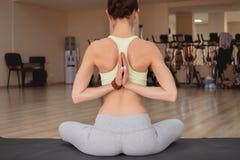 Yoga de pratique de jeune femme avec le namaste derrière le dos photos stock