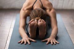 Yoga de pratique de jeune femme, pose en avant posée de courbure, paschimottanasana photo libre de droits