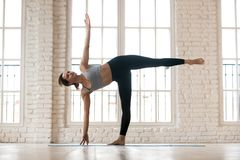 Yoga de pratique de jeune femme sportive de yogi, faisant des exercis de demi-lune photos stock