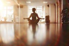 Yoga de séance d'entraînement de fille Photographie stock libre de droits