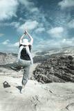 Yoga in de woestijn Royalty-vrije Stock Afbeeldingen