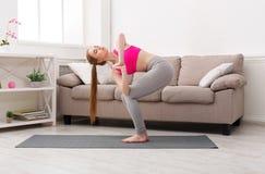 Yoga del entrenamiento de la mujer en torcer actitud torpe Imagen de archivo libre de regalías