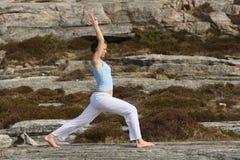 yoga del guerriero di potenza di posizione della ragazza una Fotografia Stock Libera da Diritti