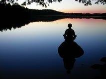 Yoga del lago fotografie stock libere da diritti