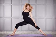 Yoga del vestito della donna di sport Fotografie Stock