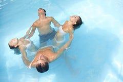 Yoga dell'acqua nella piscina Immagini Stock