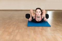 Yoga della donna, Bhekasana, posa della rana in palestra Immagine Stock Libera da Diritti