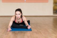 Yoga della donna, Bhekasana, posa della rana in palestra Fotografie Stock Libere da Diritti