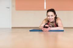Yoga della donna, Bhekasana, posa della rana in palestra Immagini Stock Libere da Diritti