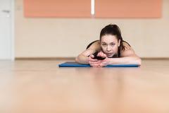Yoga della donna, Bhekasana, posa della rana in palestra Immagini Stock