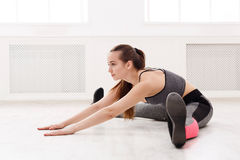 Yoga della donna che allunga a casa Immagini Stock Libere da Diritti