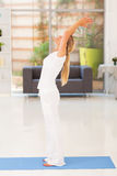 Yoga della donna invecchiata mezzo Immagine Stock Libera da Diritti
