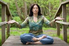 Yoga della donna sul ponticello Fotografie Stock Libere da Diritti