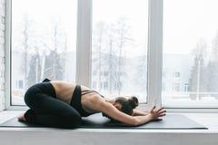 Yoga della giovane bella donna e relativo alla ginnastica di pratica Concetto di benessere Classi nei singoli sport immagini stock libere da diritti