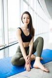 Yoga della preparazione della giovane donna nell'yoga di sport e della stanza L'yoga si distende Immagini Stock Libere da Diritti