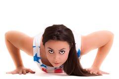 Yoga della ragazza sulla meditazione bianca di esercizio di sport del fondo Fotografie Stock