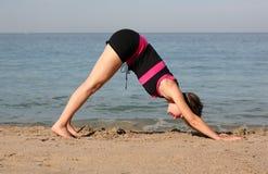 Yoga della spiaggia Fotografie Stock Libere da Diritti