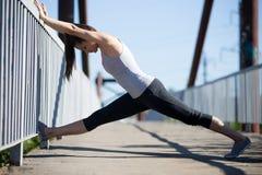 Yoga della via: allungamento degli esercizi Fotografia Stock