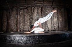 Yoga delle coppie in corridoio Immagini Stock