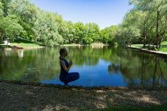 Yoga in dem Teich stockbild