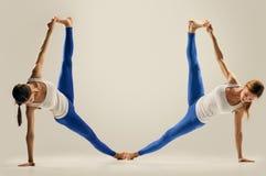 Yoga in den Paaren abbildung Die Spalten Lizenzfreie Stockfotografie