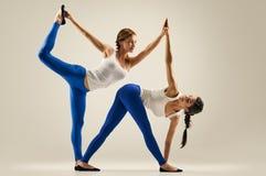 Yoga in den Paaren Frauen duo schwerpunkt lizenzfreie stockfotos