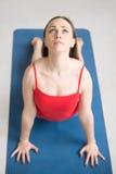 Yoga dentro: Actitud ascendente del perro del revestimiento Imagen de archivo libre de regalías