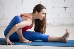 Yoga dentro: Actitud de Marichyasana I Fotos de archivo libres de regalías