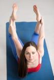 Yoga dentro: Actitud del arco Imagen de archivo