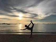 yoga, deporte, puesta del sol fotos de archivo