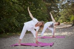 Yoga in der Natur Stockfotos