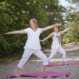 Yoga in der Natur Lizenzfreie Stockfotos