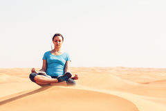 Yoga in der Wüste Lizenzfreies Stockfoto