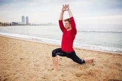 Yoga di addestramento dell'uomo Immagine Stock Libera da Diritti