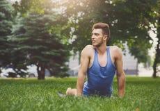 Yoga di addestramento dell'uomo nella posa della cobra all'aperto Immagini Stock Libere da Diritti