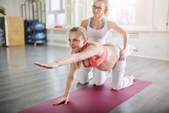 Yoga di addestramento della donna incinta che allunga posa con la vettura personale Fotografia Stock Libera da Diritti