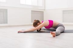 Yoga di addestramento della donna nella mezza posa della tartaruga Fotografia Stock